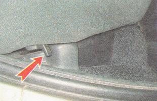 ручка правого фиксатора подушки заднего сиденья