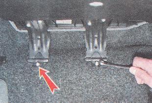 гайки крепления петель правой части подушки к полу