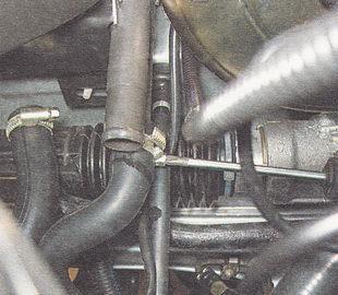 нижний шланг радиатора отопителя