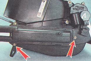 отворачиваем три самореза крепления радиатора к корпусу отопителя
