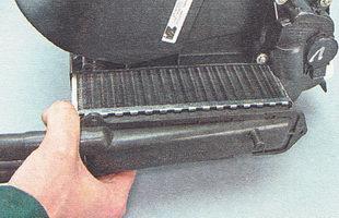 извлекаем радиатор из корпуса отопителя