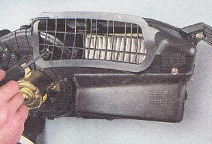 саморезы, крепящие решетку воздушного фильтра системы вентиляции салона