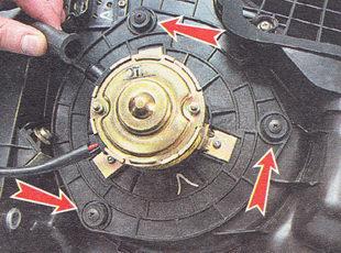 отворачиваем три самореза, крепления фланца электродвигателя вентилятора к корпусу отопителя