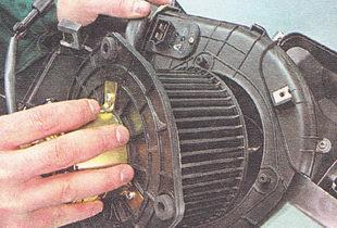 вынимаем электровентилятор из корпуса отопителя