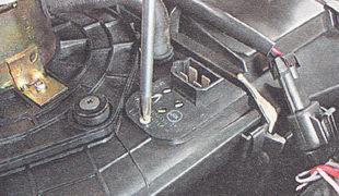 саморез крепления резистора к корпусу отопителя