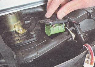 извлекаем резистор из корпуса отопителя