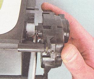 снимаем микромотор-редуктор с оси заслонки