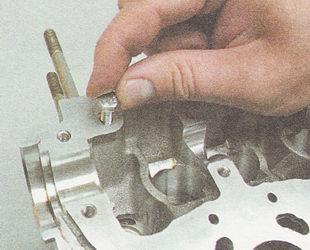 в резьбовое отверстие головки блока цилиндров заворачиваем болт М6