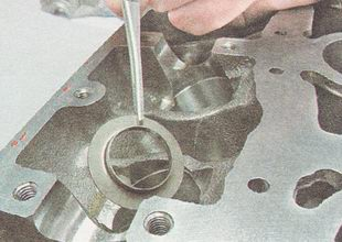 снимаем опорную шайбу пружины клапана