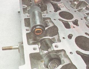 спрессовываем маслосъемный колпачок с направляющей втулки клапана