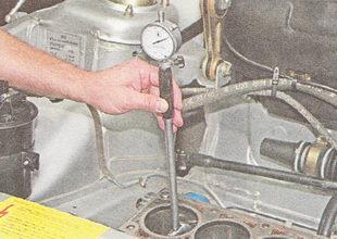 нутромером проверяем износ стенок цилиндров двигателя