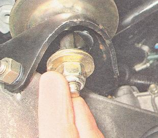 шпилька опоры двигателя