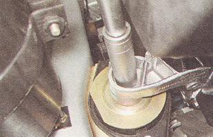 верхняя гайка болта подушки правой опоры двигателя