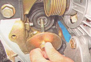 болт подушки правой опоры двигателя вместе с нижним ограничителем