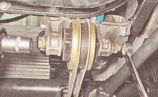 гайка болта крепления нижней штанги к двигателю