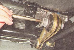 болты крепления нижней штанги к двигателю