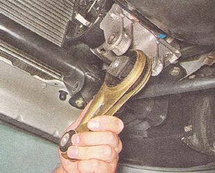 вынимаем нижнюю штангу двигателя из кронштейнов