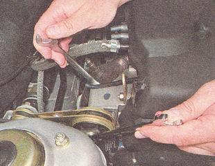 гайка болта крепления верхней штанги к двигателю
