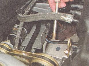 болт крепления верхней штанги к двигателю