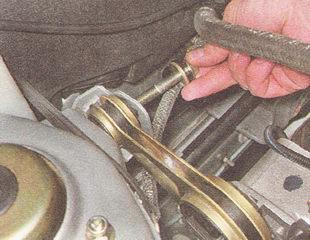 болт крепления верхней штанги двигателя к кузову