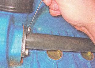 болты крепления подводящей трубы к блоку цилиндров