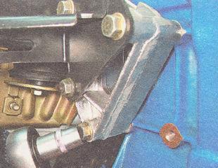 болты крепления кронштейна правой опоры двигателя к блоку цилиндров