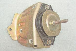 снимаем кронштейн вместе с правой опорой двигателя