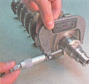 микрометром измеряем коренные и шатунные шейки коленвала