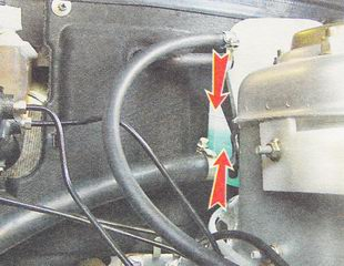Уровень охлаждающей жидкости должен находиться между верхней и нижней метками на корпусе расширительного бачка
