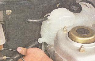 снимаем шланг термостата с нижнего патрубка расширительного бачка