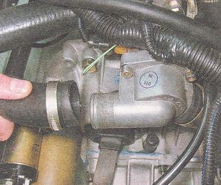 отсоединяем от крышки корпуса термостата патрубок радиатора