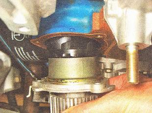 снимаем насос охлаждающей жидкости с блока цилиндров ВАЗ 2111