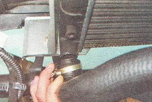 отсоединяем нижний патрубок радиатора ВАЗ 2112