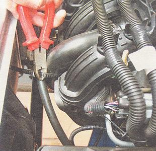 замена троса привода дроссельной заслонки на инжекторном двигателе ВАЗ 2112 (l,5i)