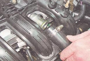 шланг системы вентиляции картера двигателя ВАЗ 2112