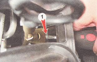 крепление направляющей трубки щупа указателя уровня масла ВАЗ 2111