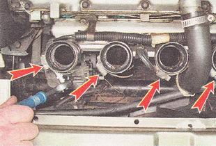 хомуты крепления четырех соединительных муфт к впускному трубопроводу