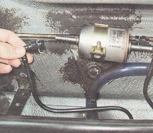 снимаем соединительный наконечник трубки топливопровода с входного патрубка топливного фильтра