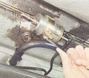 стяжной болт хомута крепления топливного фильтра ВАЗ 2111