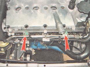 два хомута крепления жгута проводов к топливной рампе
