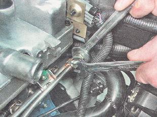отворачиваем штуцер трубки топливопровода от топливной рампы