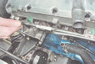 болты крепления топливной рампы к головке блока цилиндров ВАЗ 2110