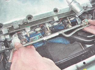 топливная рампа в сборе с форсунками ВАЗ 2112