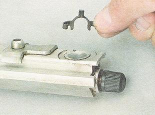 пружинный фиксатор форсунки