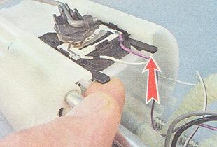 два фиксатора датчика уровня топлива ВАЗ 2110
