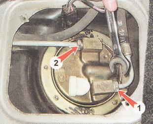 1 - штуцер шланга трубопровода слива топлива в бензобак; 2 - штуцер трубки топливопровода подвода топлива к топливному фильтру