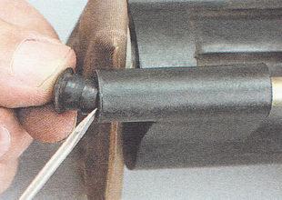 извлекаем две резиновые втулки из отверстия в приливах кожуха бензонасоса