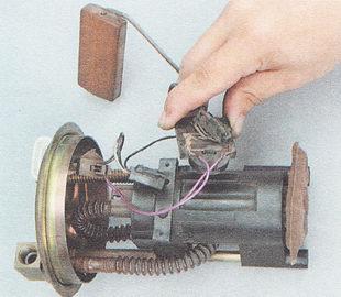 замена датчика указателя уровня топлива ВАЗ 2111