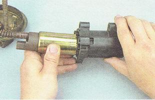 извлекаем бензонасос из кожуха топливного модуля