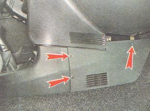 крепление правой накладки консоли панели приборов